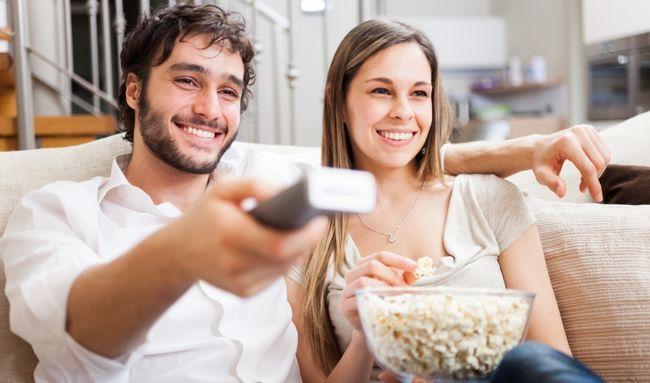 casal assistindo TV juntos
